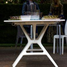 Carnevale Dolo Spazio Luce Un Giardino ad Arte dipinto-giardino Miro' Kartell in Tavola Jellies Family Patricia Urquiola Tavolo Spoon Table Citterio